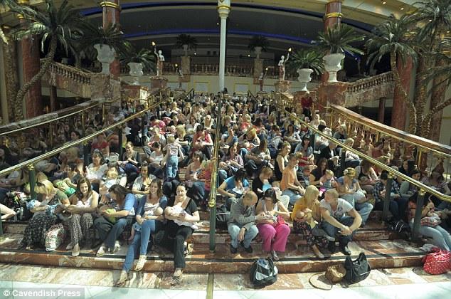 Флэшмоб в подержку грудного вскармливания в Манчестере, Великобритания